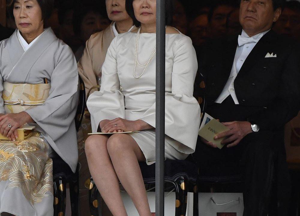 即位礼の安倍昭恵夫人のドレスのブランドはどこ?値段も気になる